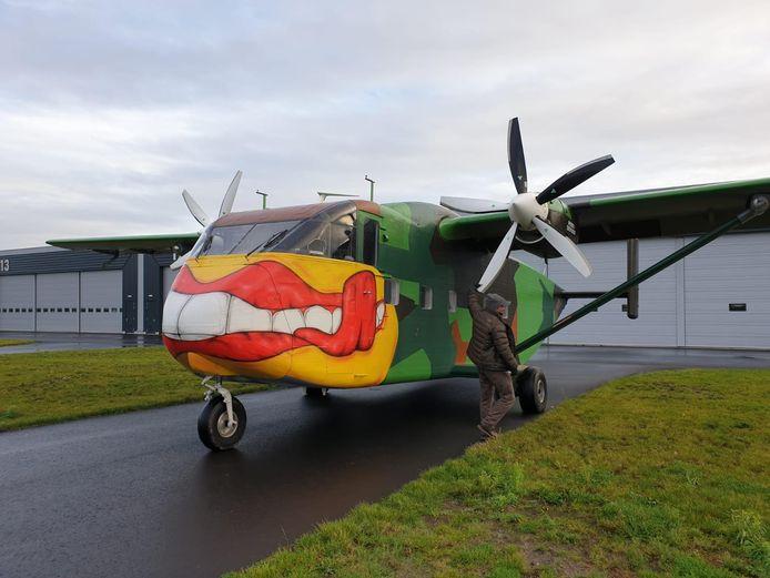 De Short SC.7 Skyvan voor de hangars van de paratroopers van het KCT. Drie weken lang voert het bijzondere vliegtuig droppings uit vanaf Breda International Airport.