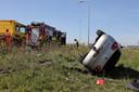 Auto over de kop na ongeluk op A58 bij Waalwijk.