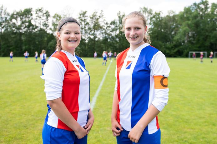 Groot meidenvoetbal toernooi bij Sportvereniging Wilhelminaschool. Teamgenootjes Tess en Tess.