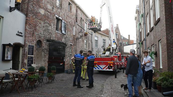 De brandweer in Deventer rukte dinsdag uit voor een vrouw die zichzelf had opgesloten in haar toilet.