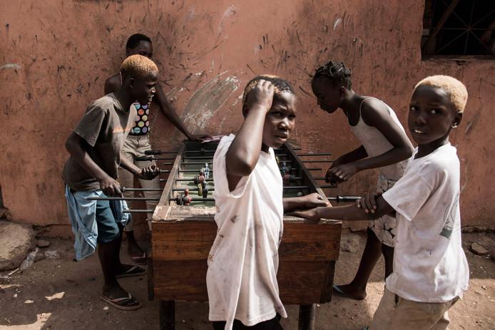 Kinderen spelen een potje tafelvoetbal in Bissau. Foto Xaume Olleros