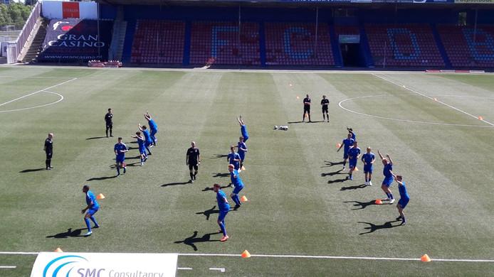 De zeventienkoppige selectie van FC Den Bosch in actie bij de eerste training van het seizoen zondag in stadion De Vliert.