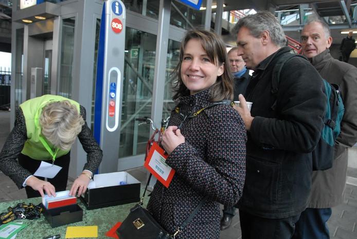 Sophie Heyns van het Belgische bedrijf Coolrec, met het instapbewijs voor de Groene Top Trein om haar hals, gaat in de trein praten over de zogeheten circulaire economie waarbij recycling het sleutelwoord vormt.