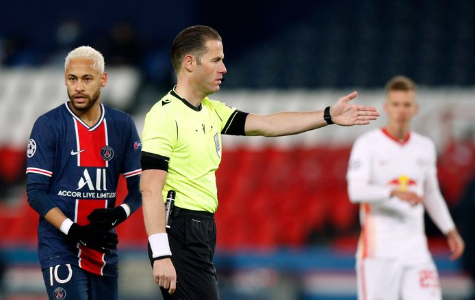 Danny Makkelie gaf PSG al na 10 minuten een discutabele strafschop.