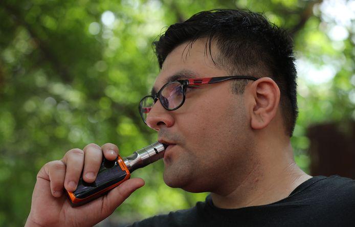 Veel rokers beschouwen het gebruik van de e-sigaret als minder schadelijk dan het roken van een conventionele sigaret, maar de longartsen willen ze nu totaal uitbannen