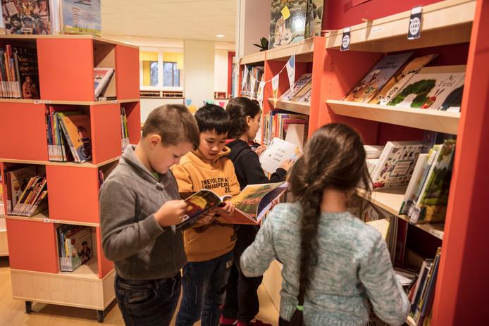 Buitenlandse kinderen van De Mozaïek vinden in de schoolbieb boeken in hun eigen taal.