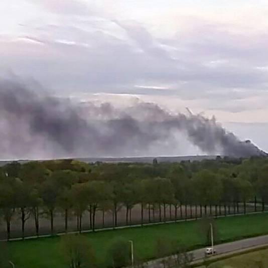 Rook van de brand bij Bavel is tot ver te zien.