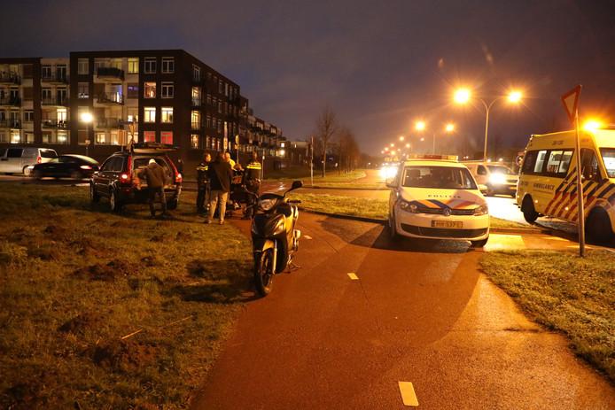 Scooterrijdster rijdt achterop auto