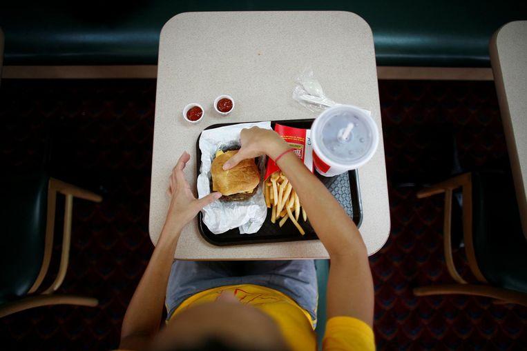 Een vrouw eet een burger bij fastfoodketen Wendy's. Beeld reuters