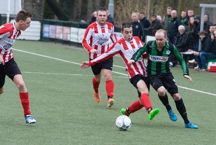 Sander Geerts (rechts) in actie voor Trekvogels tegen Arnhemse Boys. Met onder zijn voetbalbroek een slidingbroekje.
