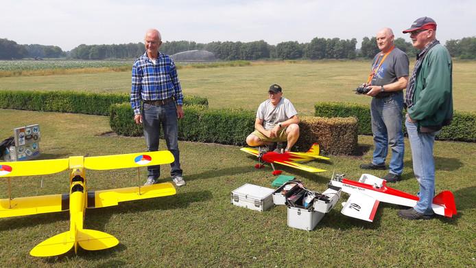 Voorzitter Jacques Sars (links) met drie leden van de modelvliegclub, de broers Van Opstal.