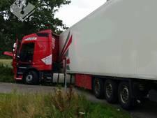 'Klunzige' Wit-Rus met drank op rijdt vrachtwagencombinatie de sloot in