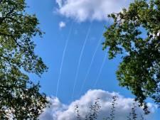 Gevechtsvliegtuigen boven Twente zorgen voor witte banen (en lawaai)
