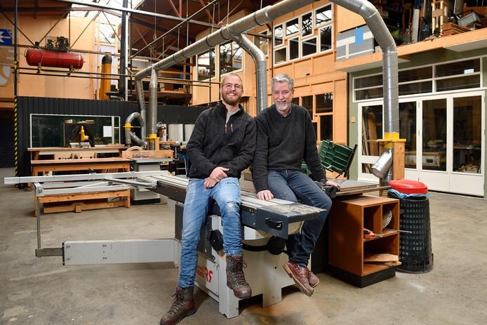 Mark en zijn vader Henk Schevers in de fabriek, waarmee creatieve ondernemers onderdak hebben gevonden.