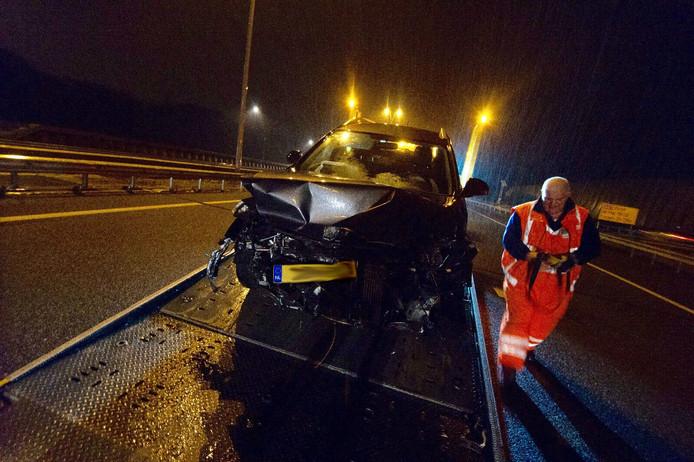 Een automobilist raakte gewond nadat hij met zijn voertuig tegen de vangrail is gebotst.