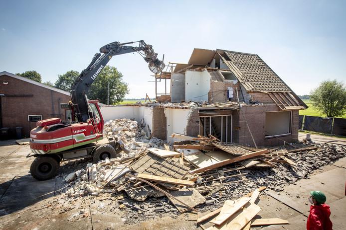 De sloop van de woning aan de Hoffmansweg in Vriezenveen.