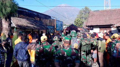 Meer dan 500 op Indonesische vulkaan geblokkeerde toeristen beginnen afdaling