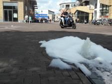 Waterstrip op Waagplein Almelo bedekt met zeepsop