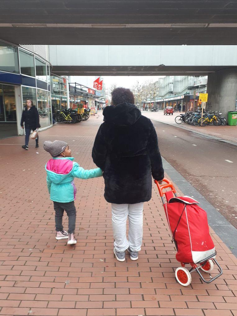 Een retourtje met de trein is goedkoper dan 140 euro aan kinderopvang. Beeld Julianne van Pelt