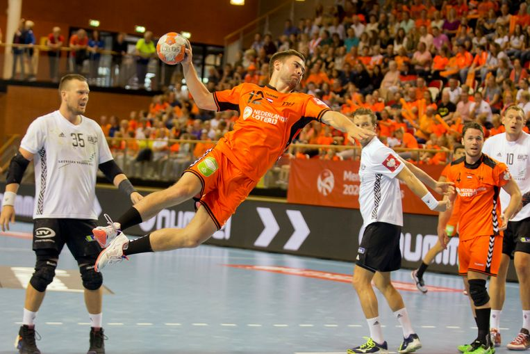 Luc Steins schiet op doel in het gewonnen EK-kwalificatieduel met Letland (25-21)  in Almere, afgelopen zomer. Op het EK is Letland zaterdag de tweede tegenstander van Oranje. Beeld Fred Rotgans