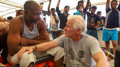 IN BEELD. Richard Gere steekt bootvluchtelingen op Middellandse Zee hart onder de riem