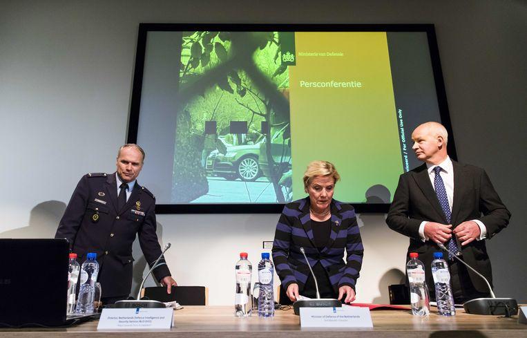 MIVD-hoofd Onno Eichelsheim, minister van Defensie Ank Bijleveld (CDA) en de Britse ambassadeur Peter Wilson tijdens een persconferentie van de Nederlandse Militaire Inlichtingen- en Veiligheidsdienst. De MIVD heeft in april een operatie van de Russen verijdeld tegen de Organisatie voor het Verbod op Chemische Wapens (OPCW). Beeld ANP