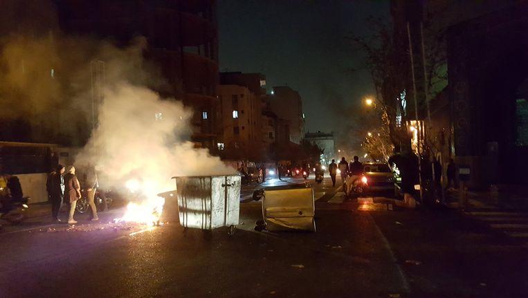 Op verschillende plaatsen in het land werden vuilcontainers en auto's in brand gestoken. Beeld reuters