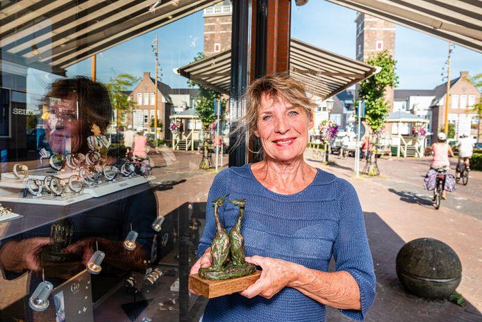 Beeldhouwster Tonneke Iwema-van Harten exposeert in het kader van Hart voor Kunst bij juwelier 't Gouden Hart van Nieuwkoop.