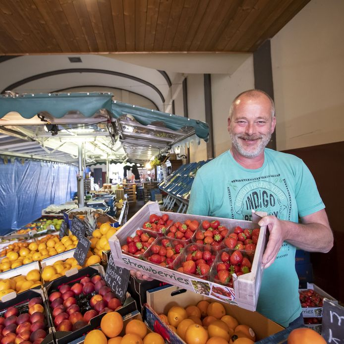Groenteman Michel Jolink in zijn groentenkraam in Neede