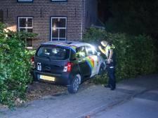 Auto ramt hek en rijdt Drutense voortuin in; bestuurder aangehouden