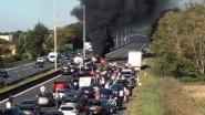E40 richting kust weer vrij na zwaar ongeval: drie auto's uitgebrand, tien kilometer file