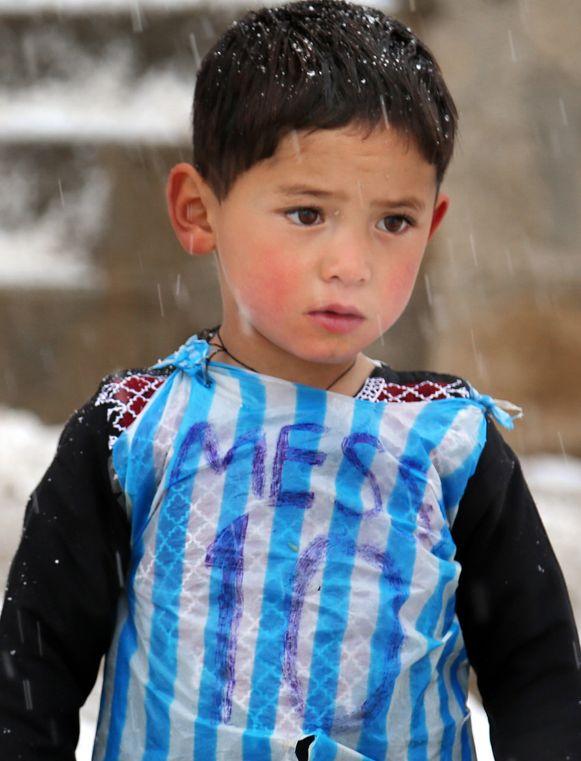 Murtaza Ahmadi in zijn geïmproviseerd Messi-shirt.