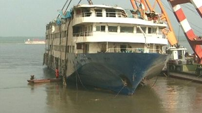 Gekapseisde ferry uit water gehaald in China