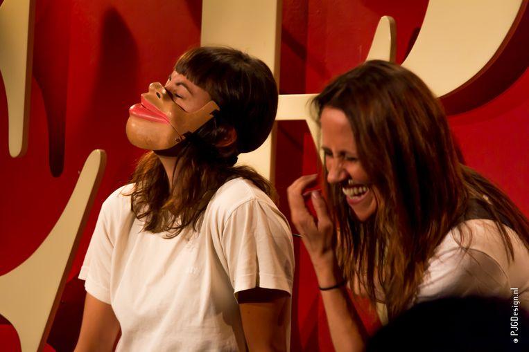 Comedian Nina Conti (r) met een vrijwilliger uit het publiek in comedyclub Toomler. Beeld PJGDesign.nl