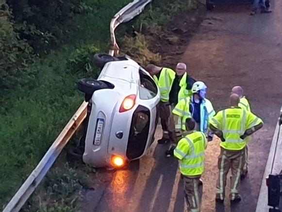 De auto kantelde op de snelweg.