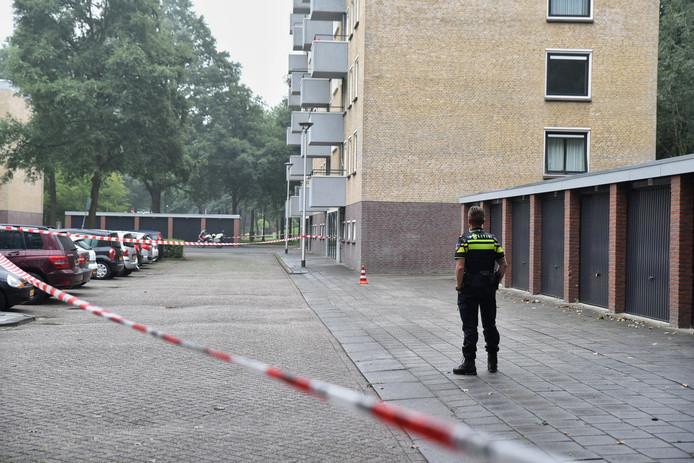 De politie is in de buurt op zoek naar meerdere daders.