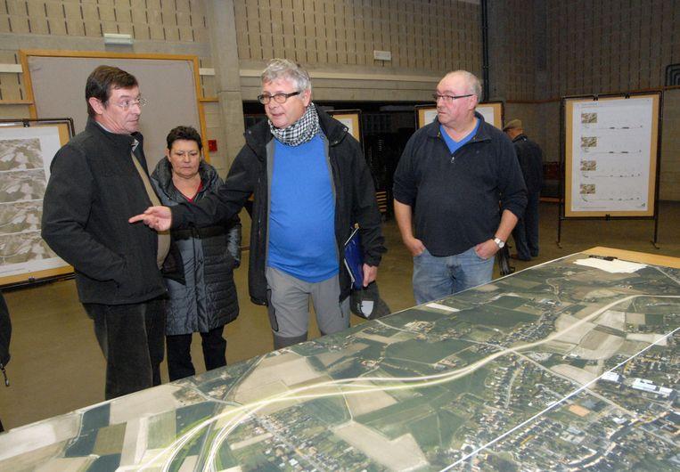 Inwoners bespreken de plannen tijdens de infomarkt.
