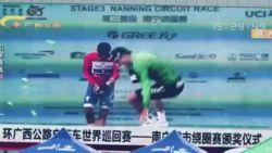 En een val! BMC-renner valt pardoes van het podium in China