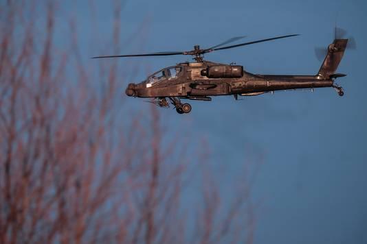 Een Apache van defensie tijdens de laagvliegoefening.