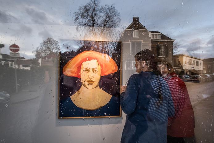 Werk van de Arnhemse kunstenaar Ad Gerritsen in de etalage van Galerie O-68 in Velp.