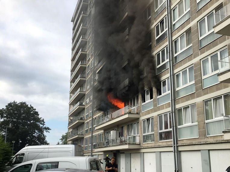 De vlammen sloegen uit het appartement in het Breughelpark bij aankomst van de brandweer.