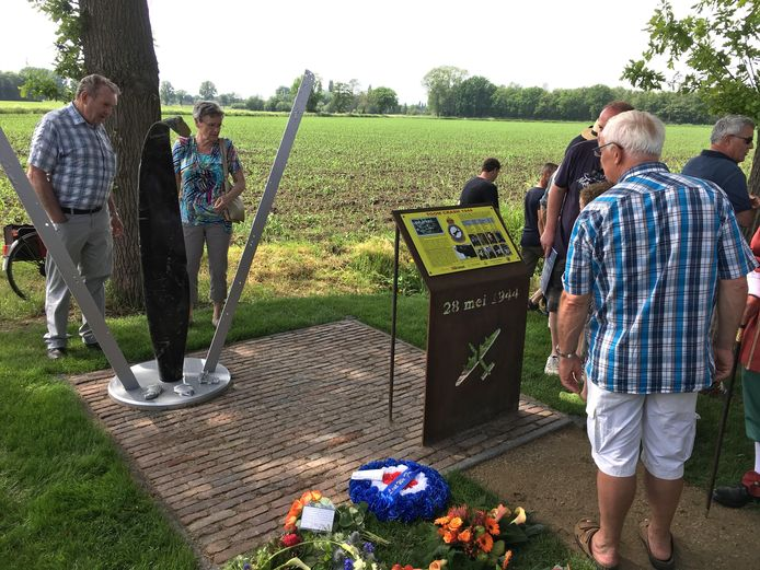 Toom Crash Monument 1944 is onthuld in Budel.