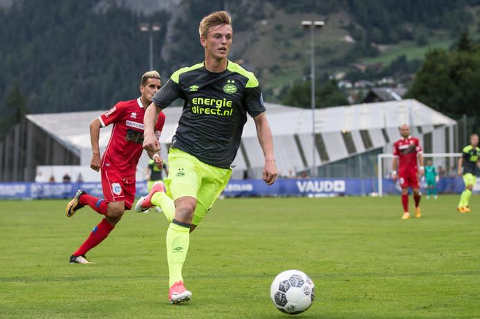 PSV'er Albert Gudmundsson in actie tegen FC Sion.
