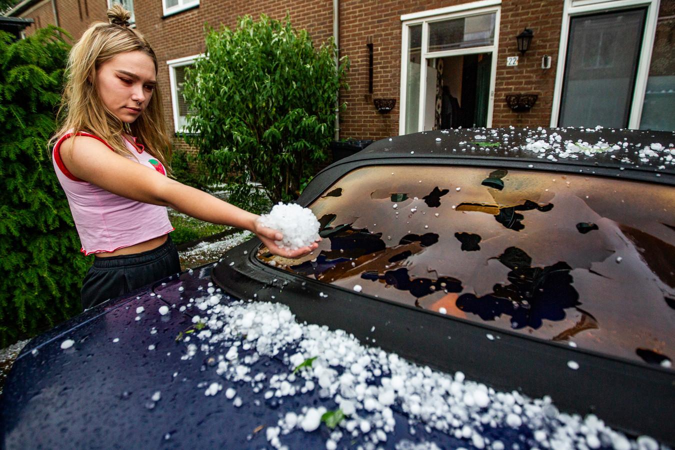 Hagelstenen verwoestten het dak van deze cabrio in Deventer.