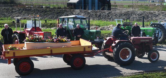 Beesd Kees Versteegh brengt zijn vader met zijn oude tractor naar het crematorium.Foto William Hoogteyling.
