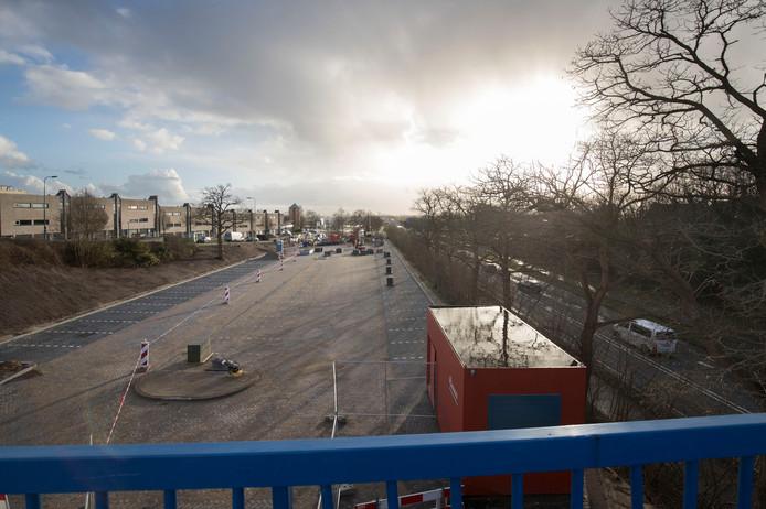 Het nieuwe parkeerterrein van het Rhenense station in de maak.