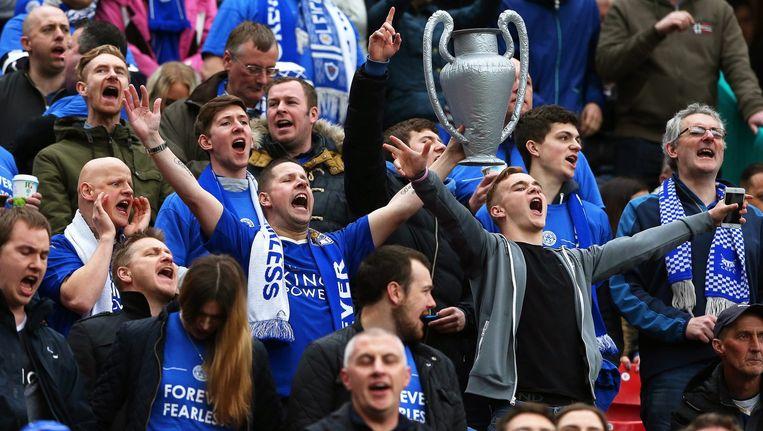 Leicester City-supporters tijdens de voetbalwedstrijd tussen hun club en Manchester United Beeld null
