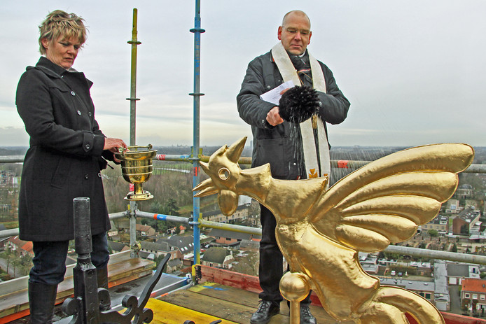 In 2011 zegende pastoor Frank As met de wijwaterkwast de torenhaan van zijn kerk in Sint-Michielsgestel. Ook de duivel drijft hij als exorcist met wijwater uit.