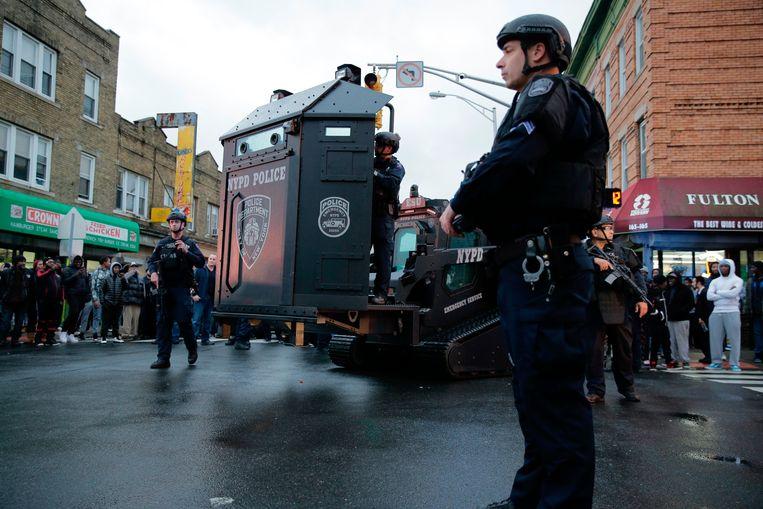 Veiligheidsteams op straat in Jersey City.  Beeld AP