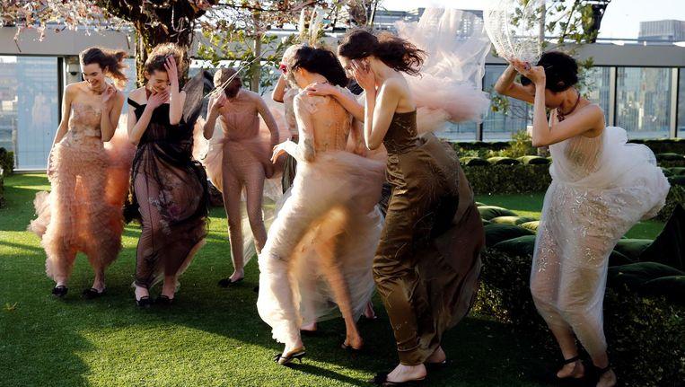 Een groep modellen tijdens de repetitie van een Dior-show in Tokio. Beeld reuters